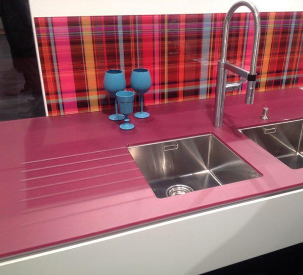 arbeitsplatte-glas-rosa-rot-modern-kueche