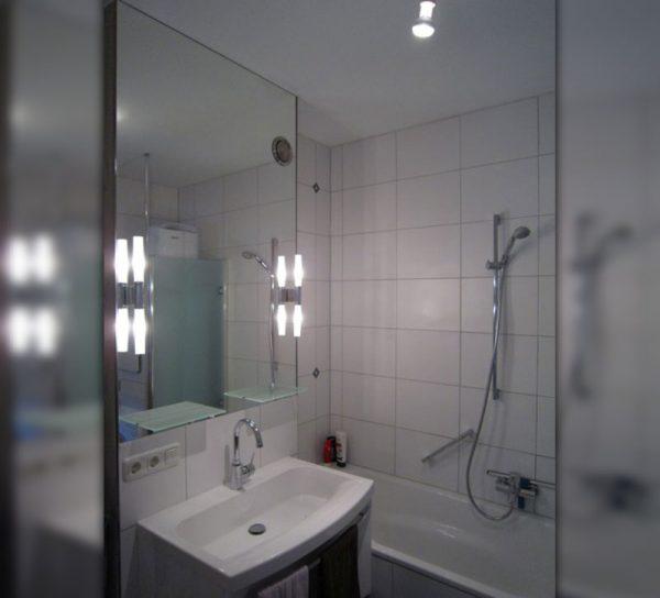 bad-spiegel-wandspiegel-modern-waschbecken-led-licht-beleuchtet