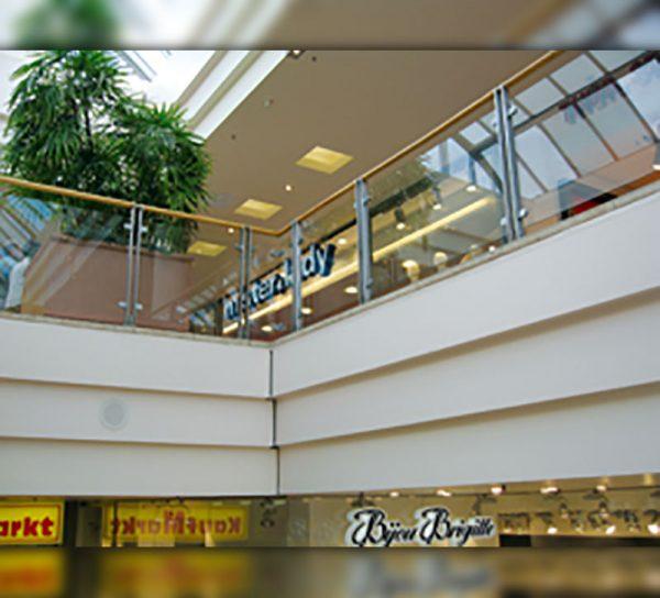 bruestung-glas-holz-kaufhaus