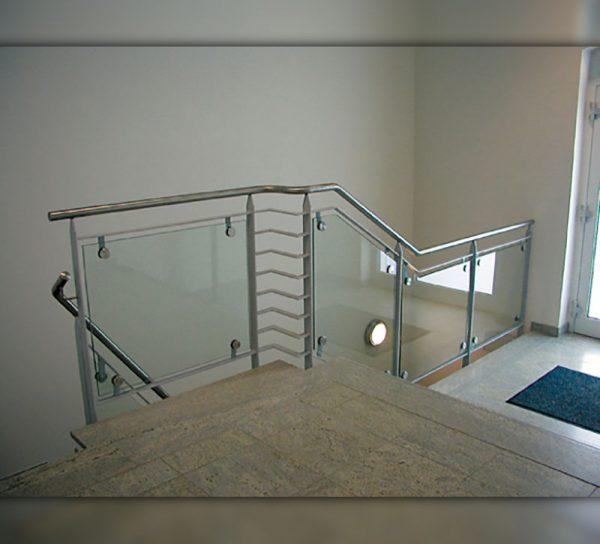 bruestung-glas-silber-treppe