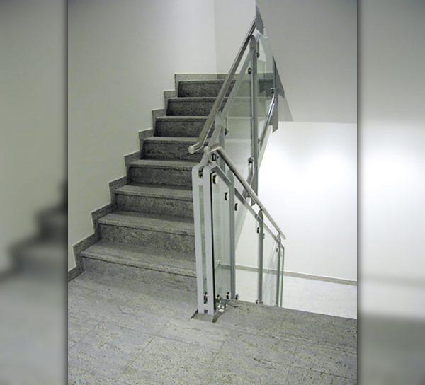bruestung-glas-silber-treppe-klar