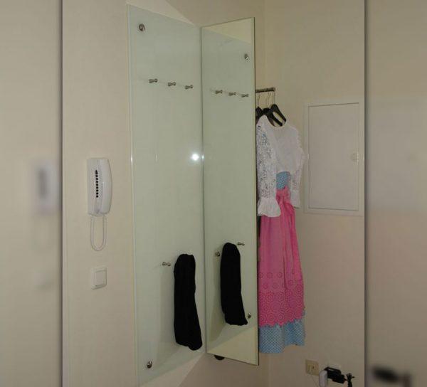 garderobe-edelstahl-glas-spiegel-schrank-kleiderstange