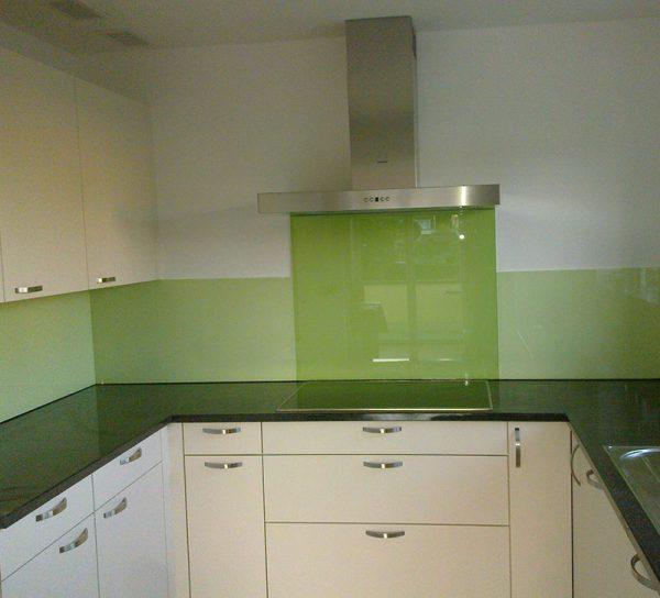 lackiert-glas-gruen-spritzschutz-kueche-klar