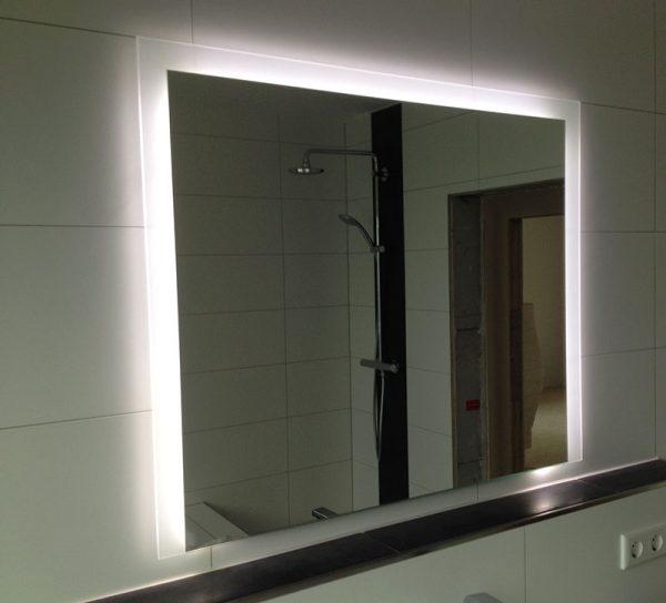 spiegel-lampe-glas-led-kosmetikspiegel-beleuchtet