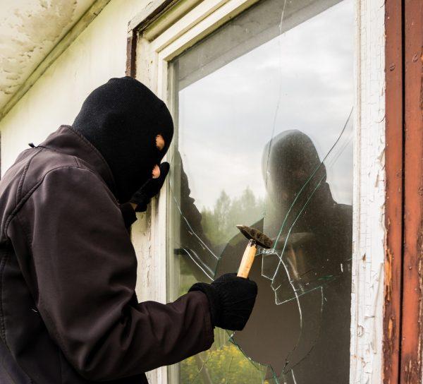 Einbrecher schlgt Fenster ein